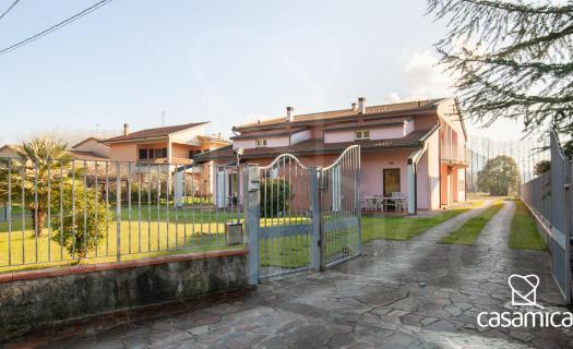 0048, Una Villa Bifamiliare